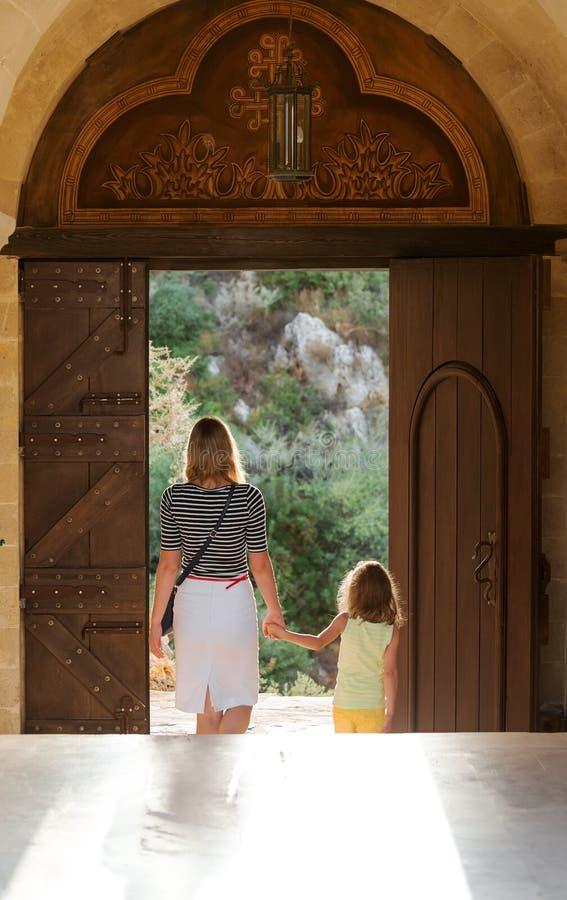 Niña con la mamá en monasterio foto de archivo libre de regalías