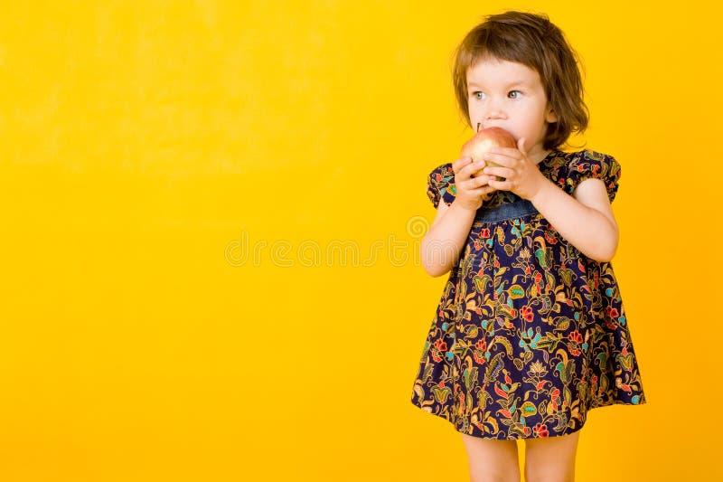 Niña con la manzana fotografía de archivo