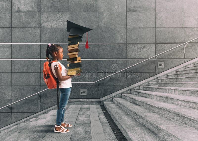 Niña con la mochila en su hombro, y libros a disposición, que emprende un curso de aprendizaje que piensa en la graduación fotos de archivo libres de regalías