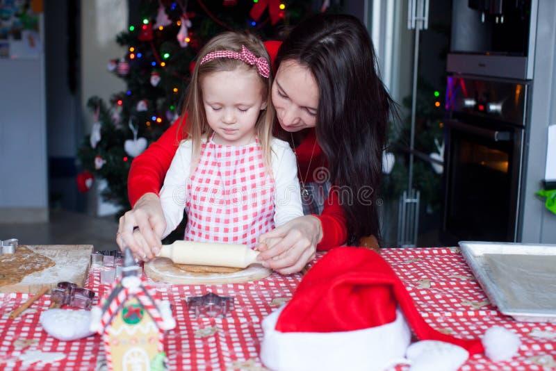 Niña con la Navidad hermosa de la hornada de la madre fotografía de archivo