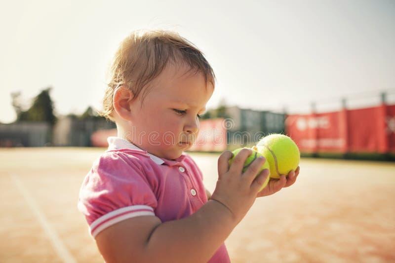 Niña Con La Pelota De Tenis Foto de archivo libre de regalías
