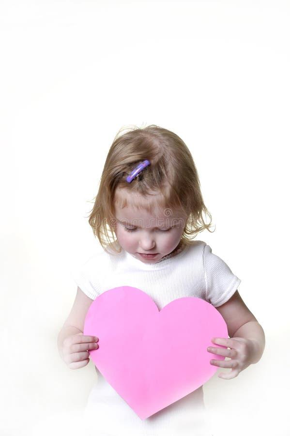 Niña con la tarjeta del día de San Valentín imagenes de archivo