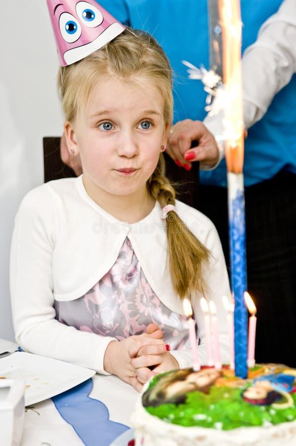 Niña con la torta de cumpleaños imágenes de archivo libres de regalías