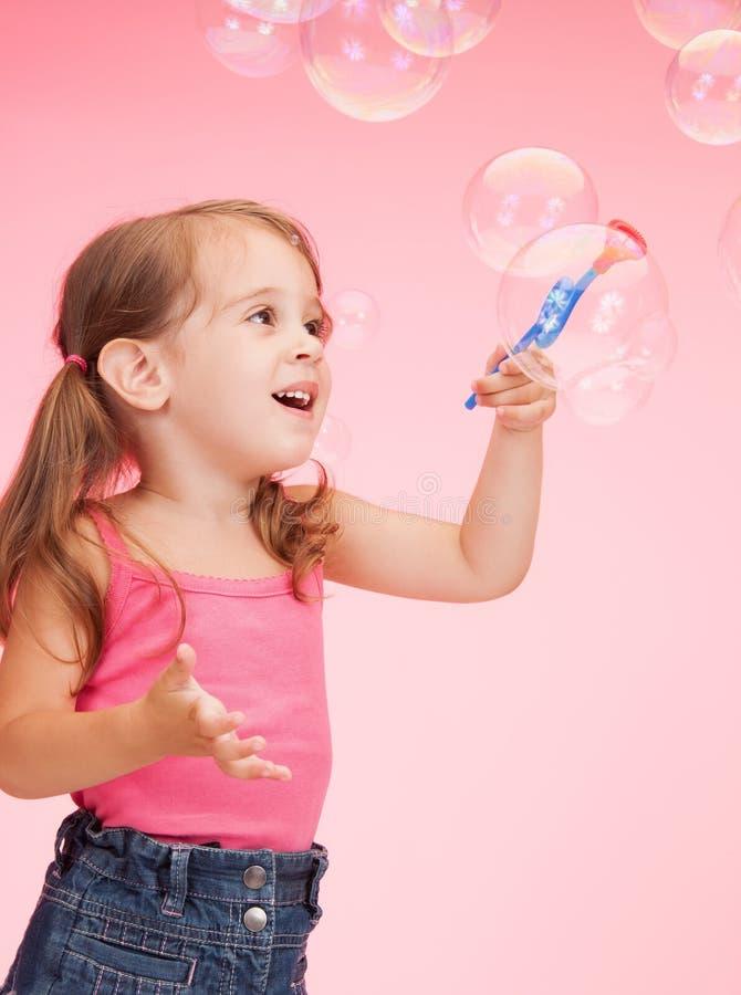 Niña con las burbujas de jabón imagen de archivo libre de regalías