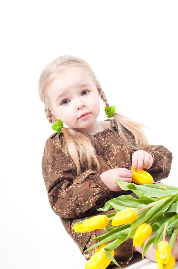 Niña con las flores fotografía de archivo libre de regalías