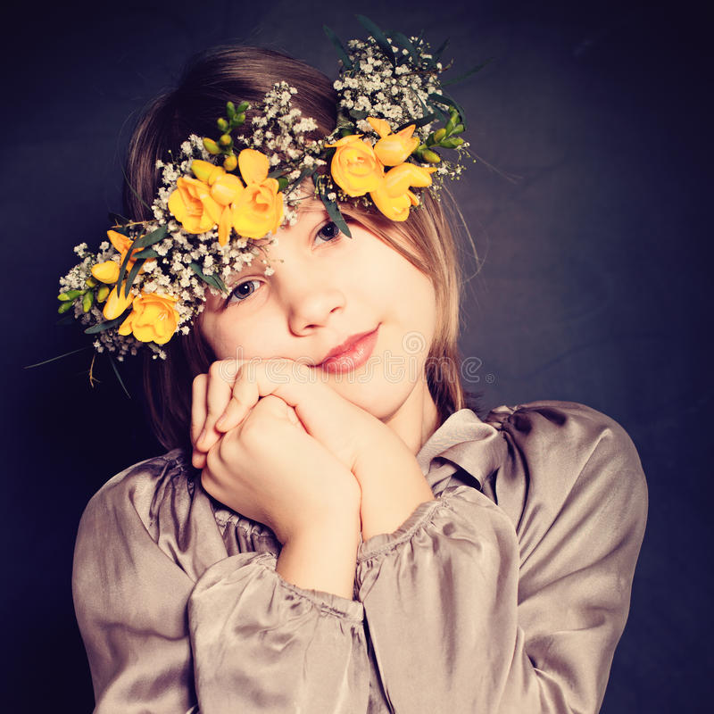 Niña con las flores amarillas Niño lindo imágenes de archivo libres de regalías