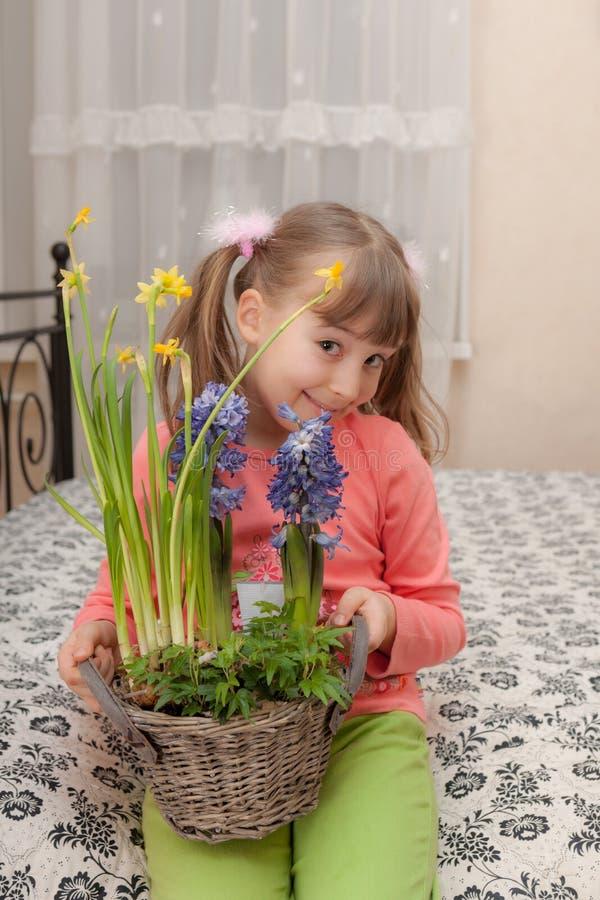 Niña con las flores fotografía de archivo