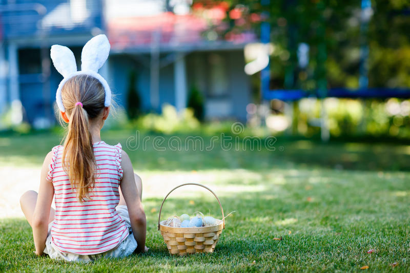 Niña con los huevos de Pascua fotos de archivo