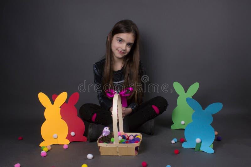 Niña con los huevos y Bunny Ears de la cesta fotos de archivo libres de regalías