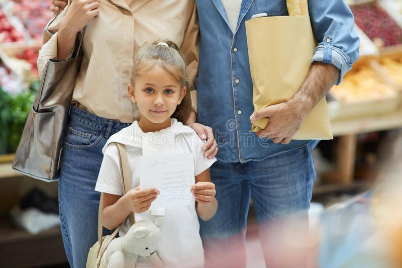 Niña con los padres en supermercado foto de archivo libre de regalías