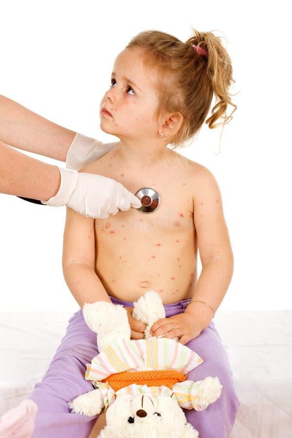 Niña con pequeña sífilis en los doctores fotografía de archivo