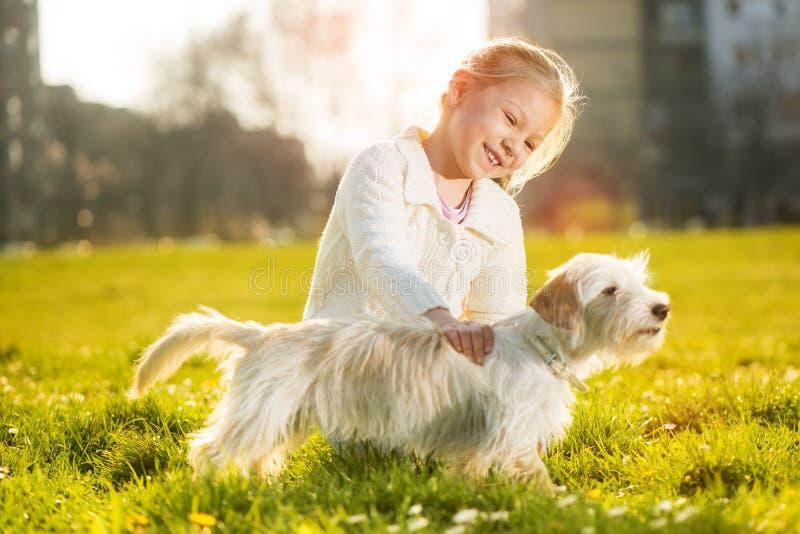 Niña con su perro de perrito imágenes de archivo libres de regalías