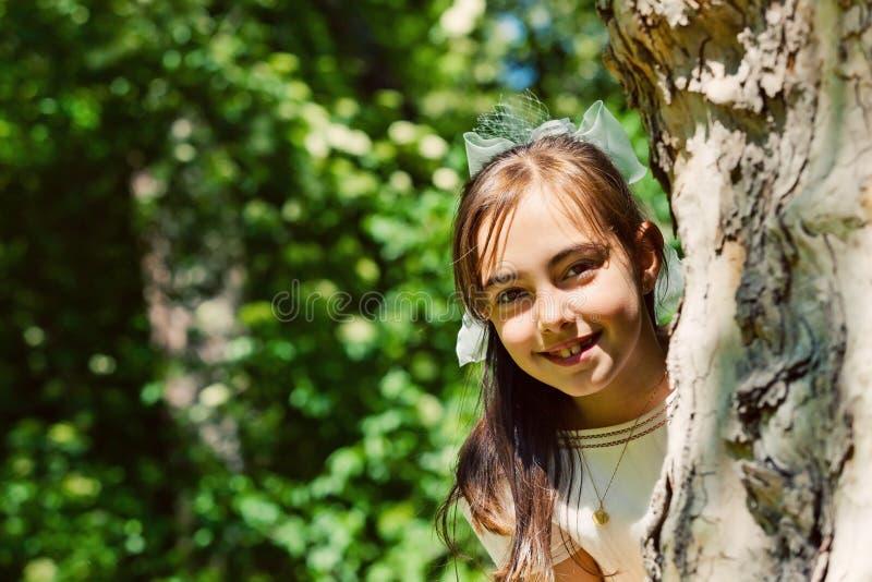Niña con su primera alineada de la comunión fotografía de archivo libre de regalías