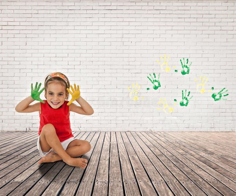 Niña con sus manos pintadas imagen de archivo libre de regalías
