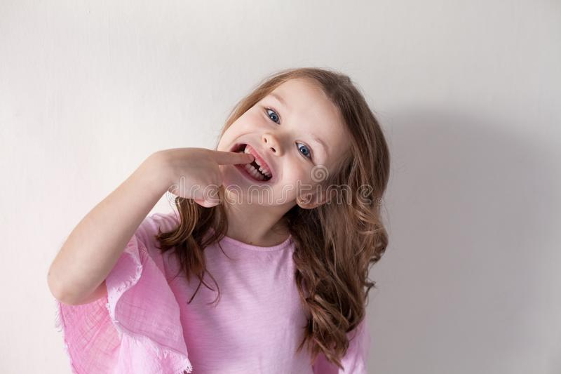 Niña con un cepillo de dientes en odontología agradable fotos de archivo libres de regalías