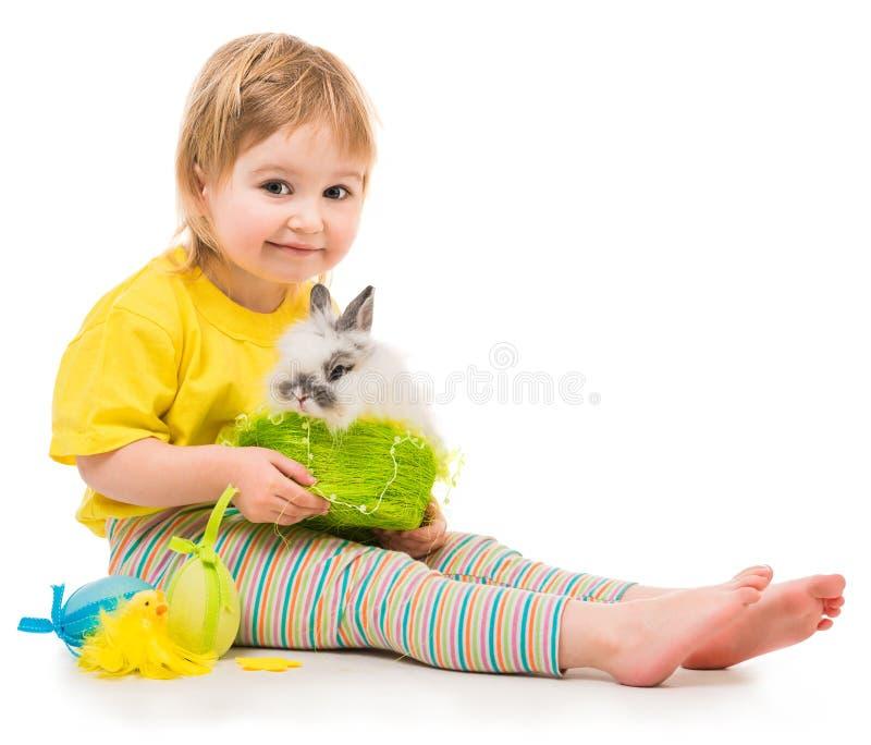 Niña con un conejo foto de archivo