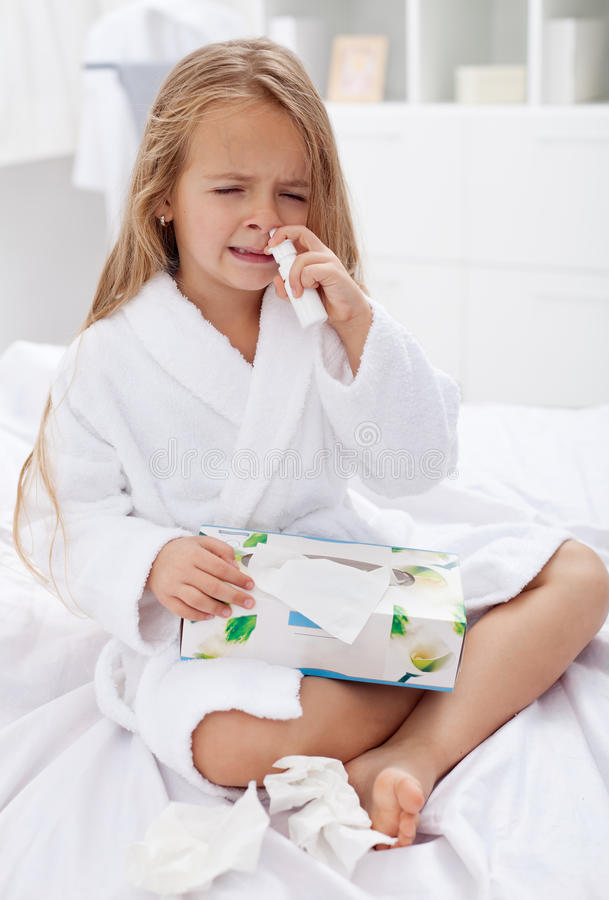 Niña con un mán caso de la gripe imagenes de archivo
