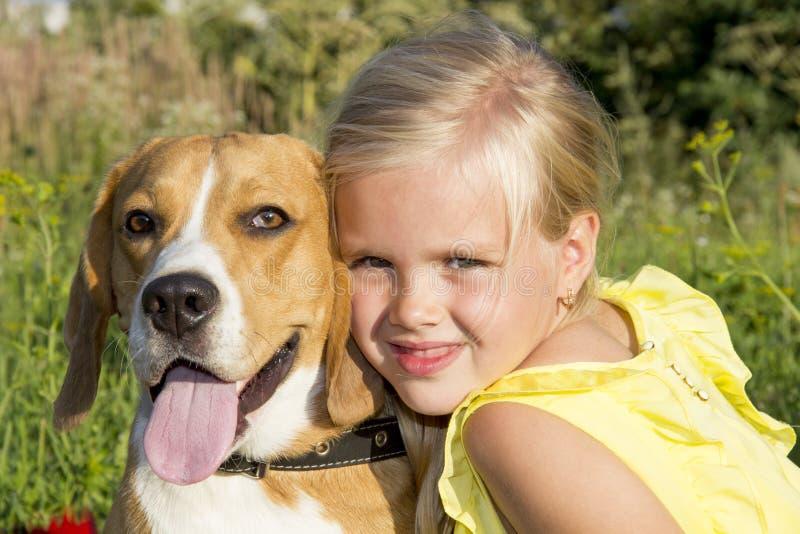 Niña con un perro fotografía de archivo libre de regalías