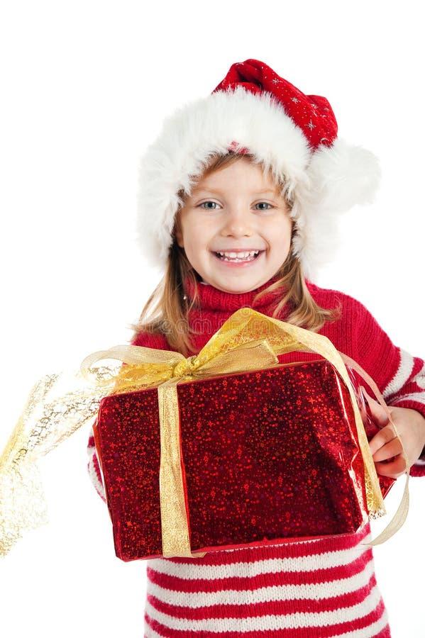 Niña con un regalo de Navidad en blanco imágenes de archivo libres de regalías