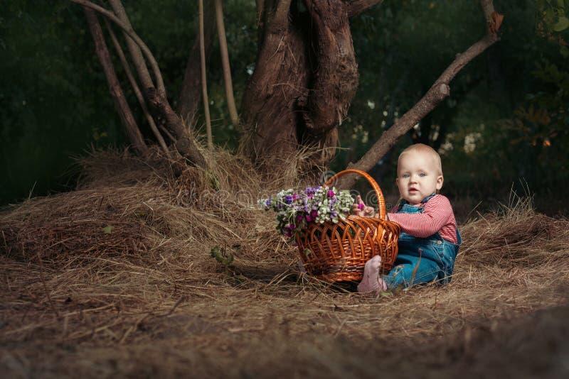Niña con una cesta de flores imágenes de archivo libres de regalías