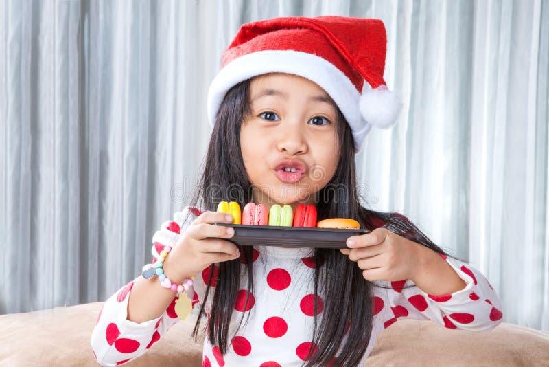 Niña con una placa de las galletas para Papá Noel imágenes de archivo libres de regalías