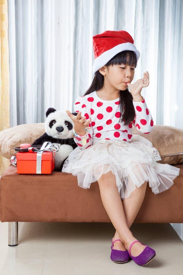 Niña con una placa de las galletas para Papá Noel foto de archivo