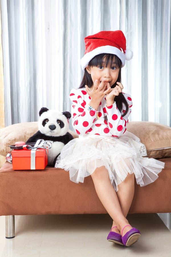 Niña con una placa de las galletas para Papá Noel fotos de archivo libres de regalías