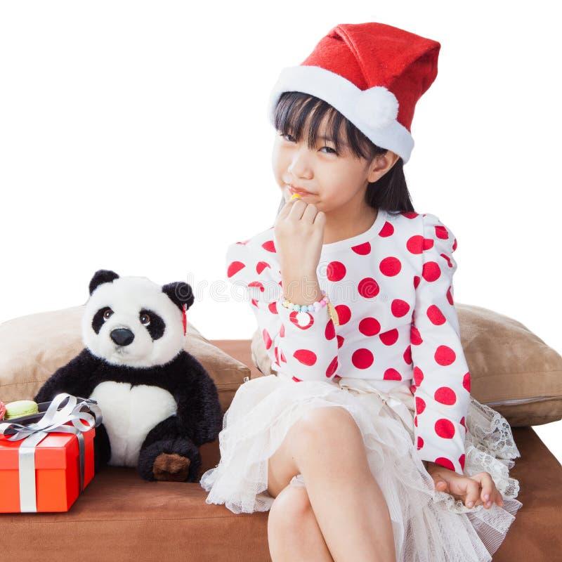 Niña con una placa de las galletas para Papá Noel imagen de archivo libre de regalías