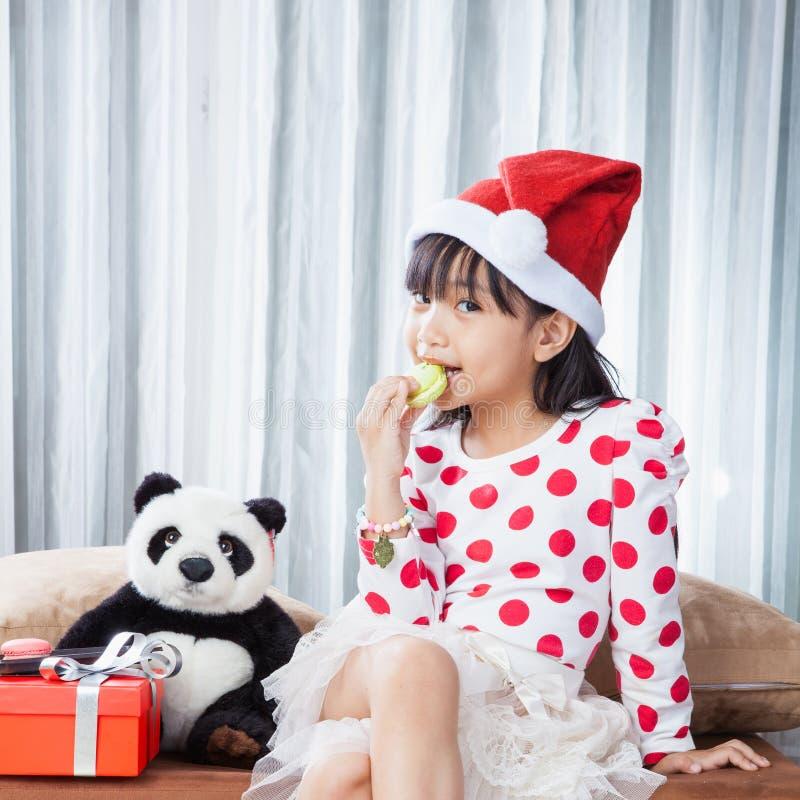 Niña con una placa de las galletas para Papá Noel fotos de archivo