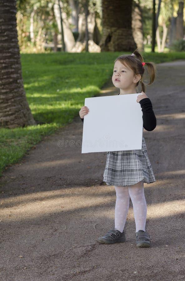 Niña con whiteboard fotografía de archivo libre de regalías