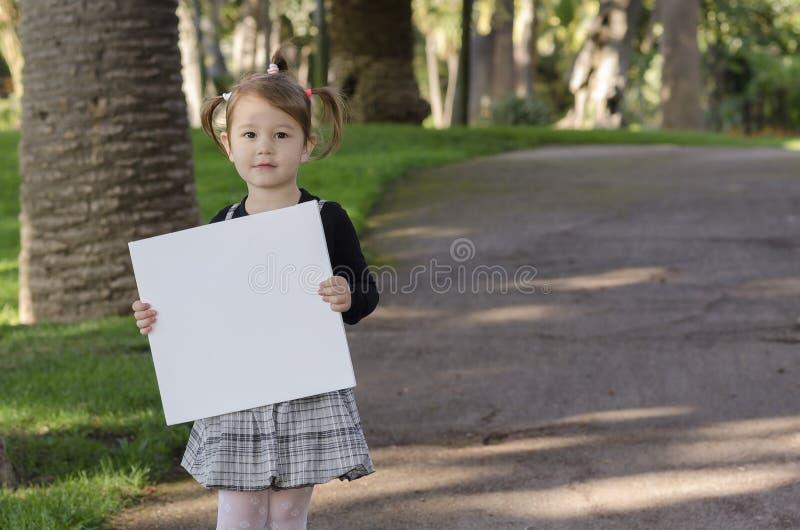 Niña con whiteboard imagenes de archivo