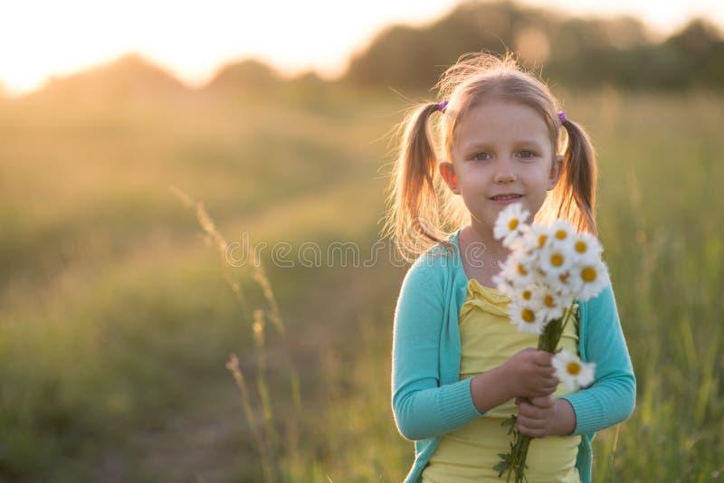 Niña de cinco años en un prado imagenes de archivo