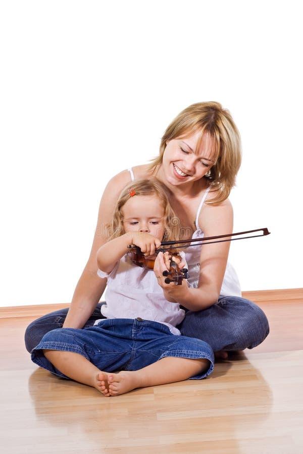 Niña de enseñanza de la mujer para tocar el violín imágenes de archivo libres de regalías