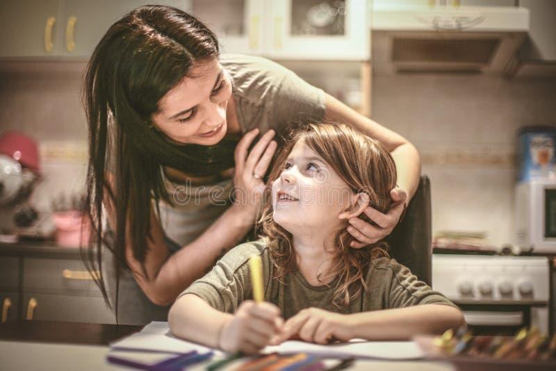 Niña de la ayuda de la madre para hacer la preparación Cierre para arriba imagen de archivo libre de regalías