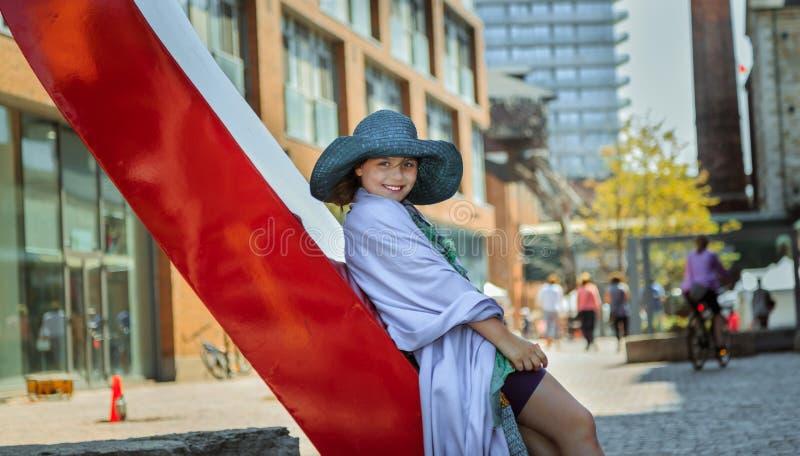 niña de moda, elegante hermosa contra fondo de la ciudad imagen de archivo libre de regalías