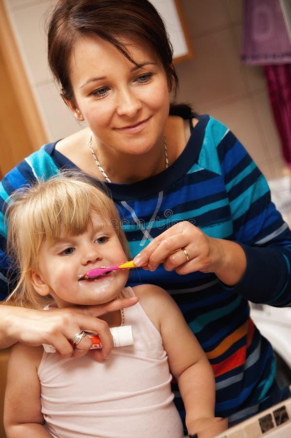 Niña del cepillo de dientes fotos de archivo