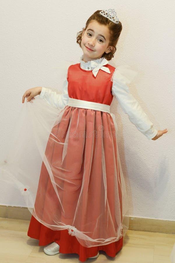 Niña disfrazada como princesa para el carnaval foto de archivo