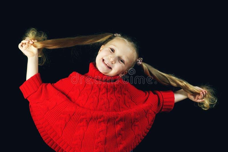 Niña divertida en suéter rojo foto de archivo