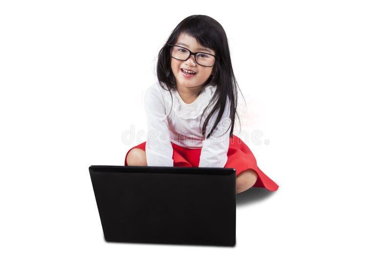 Niña dulce con el ordenador portátil imágenes de archivo libres de regalías