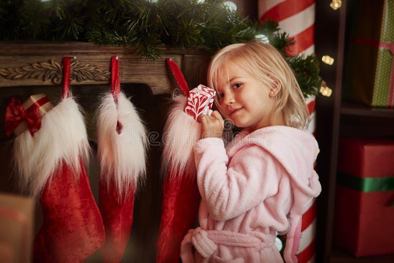 Niña durante la Navidad imagen de archivo
