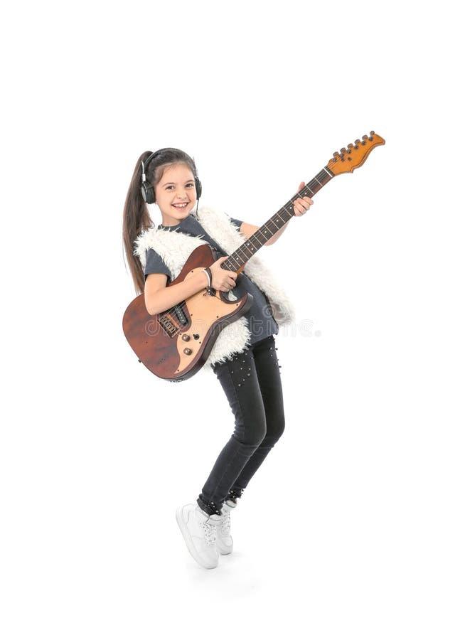 Niña emocional que toca la guitarra, aislada fotografía de archivo