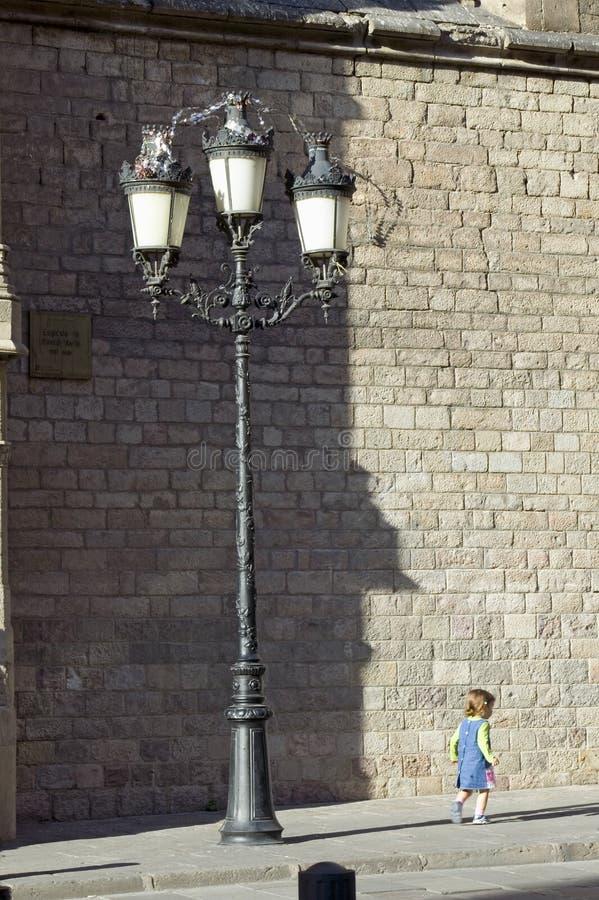 Niña en Barcelona en el área de Barri Gotic, el cuarto gótico, España fotos de archivo
