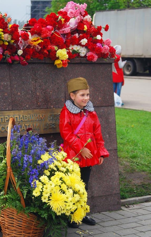 Niña en capa roja y casquillo de guarnición militar foto de archivo libre de regalías