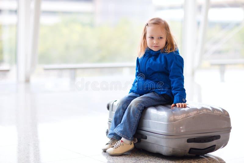 Niña en el aeropuerto imagen de archivo libre de regalías