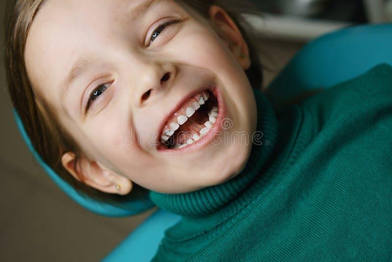 Niña en el dentista en el examen fotografía de archivo