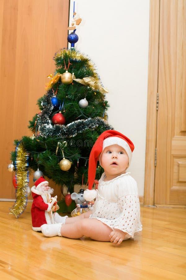 Niña en el sombrero rojo de Santa fotografía de archivo libre de regalías