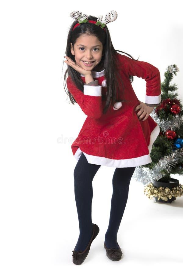 Niña en el traje de Santa Claus y astas del reno fotos de archivo