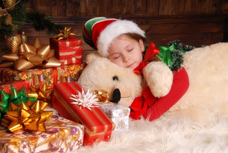 Niña en el traje del duende de la Navidad fotos de archivo