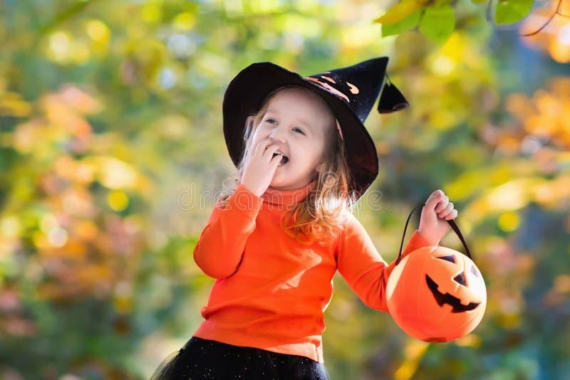 Niña en el truco o la invitación de Halloween fotografía de archivo