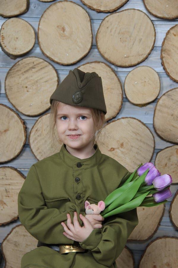 Niña en el uniforme militar para el día de fiesta del día de la victoria imagen de archivo libre de regalías